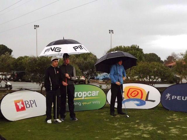 golfe Pedro Lencart, Markus Braadlie e Adrien Dumont de Chassart protegem-se da chuva, por Rui Frazão-PR